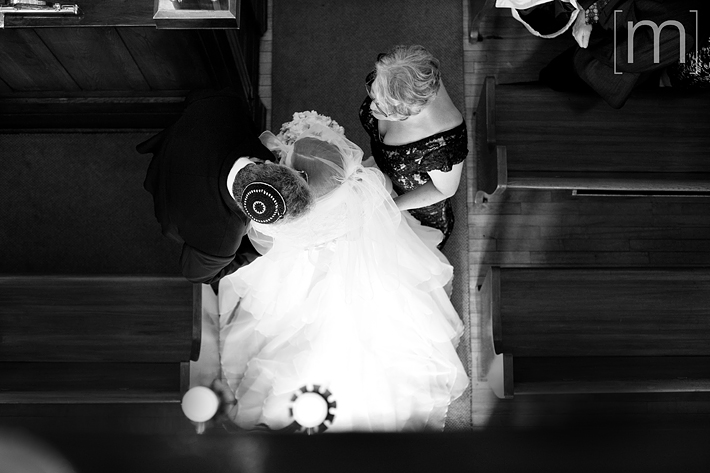 a photo of the jewish ceremony bride with parents at kiever shul toronto