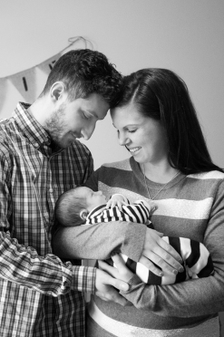 newborn_photography_hamilton_couple_cuddling_baby